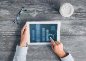 Закройте руки с tablet pc и bitcoin — Стоковое фото