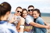 Подростков принимая фото вне — Стоковое фото