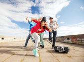 10 代の若者のダンスのグループ — ストック写真