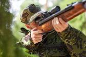 Żołnierz lub myśliwy strzelanie z pistoletu w lesie — Zdjęcie stockowe