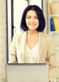 Dizüstü bilgisayar ile mutlu bir kadın — Stok fotoğraf