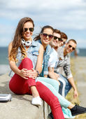 Teenage girl hanging out with friends outdoors — Stock Photo