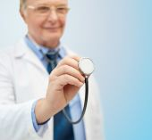 Close up of doctor in white coat with stethoscope — Stockfoto