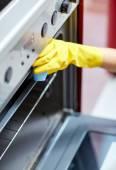 Close up van vrouw oven thuis schoonmaken keuken — Stockfoto