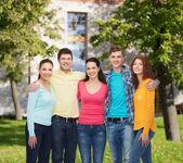 Skupina teenagerů usmívající se areál pozadí — Stock fotografie