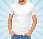 Close-up van de mens in lege witte t-shirt — Stockfoto