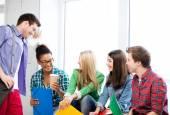 öğrencilerin iletişim ve okulda gülüyor — Stok fotoğraf