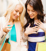 Girls with shopping bags in ctiy — Stock Photo