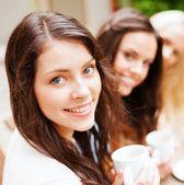 Красивые девушки, пить кофе в кафе — Стоковое фото
