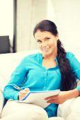 ευτυχισμένη γυναίκα με μεγάλο σημειωματάριο — Φωτογραφία Αρχείου
