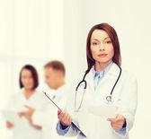 Klidná ženského lékaře s schránky — Stock fotografie