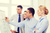 Ομάδα επιχειρήσεων συζητώντας κάτι στο γραφείο — Φωτογραφία Αρχείου