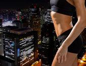 Vicino di atletica femminile abs in abbigliamento sportivo — Foto Stock