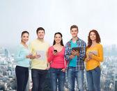 Skupina teenagerů s smartphone a tablet pc — Stock fotografie