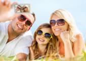 Lycklig familj med kameran tar bilden — Stockfoto
