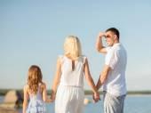 Famiglia felice in riva al mare — Foto Stock
