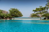 Swimming pool at thailand touristic resort beach — Stock Photo