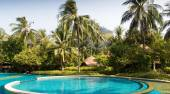 Swimming pool at thailand touristic resort — Stock Photo
