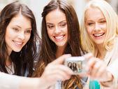 Hermosas chicas fotografiando en café en la ciudad — Foto de Stock