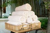 Enroladas em toalhas de banho spa hotel — Fotografia Stock