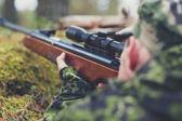 Soldado o cazador disparando con la pistola en el bosque — Foto de Stock