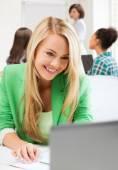 Uczeń dziewczyna z laptopa w kolegium — Zdjęcie stockowe