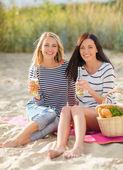 Giovani donne felici che bere birra sulla spiaggia — Foto Stock