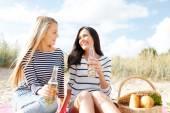 Счастливые молодые женщины, пить пиво на пляже — Стоковое фото