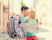 Pareja sonriente con un mapa y mochila en ciudad — Foto de Stock