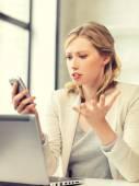 Zmatená žena s mobilní telefon — Stock fotografie