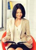 Kobieta z magazynu — Zdjęcie stockowe