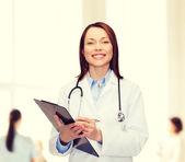 Doctora sonriente con portapapeles — Foto de Stock