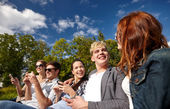 Students or teenagers with smartphones at campus — Fotografia Stock