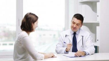 微笑的医生和年轻女子在医院召开会议 — 图库视频影像