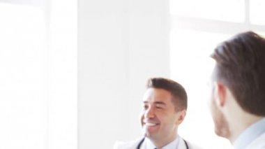Grupo de médicos felizes fazendo mais cinco na clínica — Vídeo stock