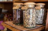 Zamknąć słoiki z muesli w sklepie spożywczym — Zdjęcie stockowe