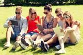 Tablet pc bilgisayar parkta arkadaşlarımla gülümseyerek — Stok fotoğraf