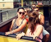 Grup gülümseyen arkadaş tur otobüs ile seyahat — Stok fotoğraf