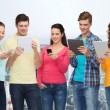 gruppo di adolescenti con smartphone e tablet pc — Foto Stock #72994197