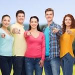 grupo de adolescentes sorridentes sobre parque verde — Fotografia Stock  #72994207