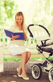Mutlu anne ile bebek arabası park ve kitap — Stok fotoğraf