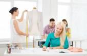 Lachende mode-ontwerpers werken in office — Stockfoto