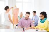 Ofiste çalışan gülümseyen moda tasarımcıları — Stok fotoğraf