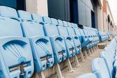 Linhas com assentos dobrados das arquibancadas no estádio — Fotografia Stock