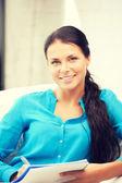 счастливая женщина с большой блокнот — Стоковое фото
