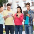 gruppo di adolescenti con smartphone e tablet pc — Foto Stock #73306875