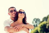 Lachende paar in stad — Stockfoto