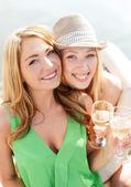 Улыбающиеся девушки с бокалами шампанского — Стоковое фото