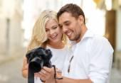 Lachende paar met fotocamera — Stockfoto