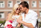 Paar drinken wijn in café — Stockfoto